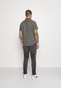 Tommy Jeans - AUSTIN SLIM TAPERED - Zúžené džíny - grey denim - 2