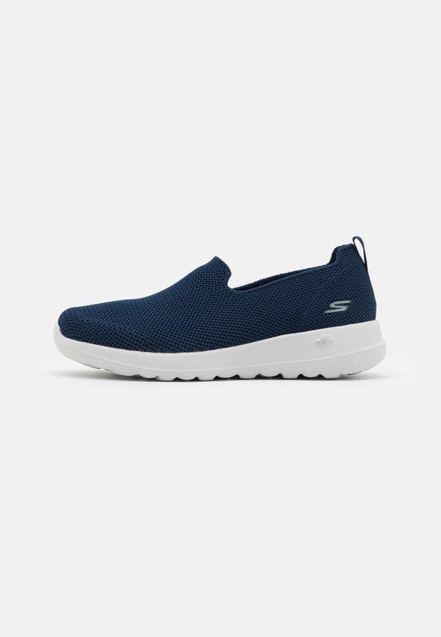 GO WALK JOY - Scarpe da camminata - navy/white