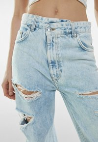 Bershka - MIT RISSEN  - Jeansy Relaxed Fit - light blue - 3