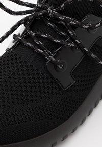 Calvin Klein Jeans - REJAN - Sneakersy niskie - black/silver - 5