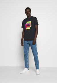 PS Paul Smith - MENS REG FIT CUBES - Print T-shirt - navy - 1