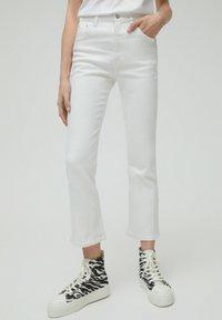 PULL&BEAR - Jeans a zampa - white - 0