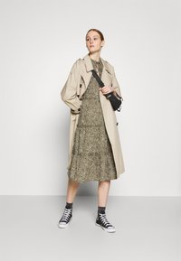 Vero Moda - VMFELICITY 7/8 CALF DRESS  - Vestido informal - ivy green/felicity - 1