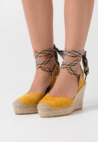 Vidorreta - High heeled sandals - mostaza - 0