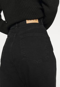 NA-KD - MOM - Jeans Tapered Fit - black - 5