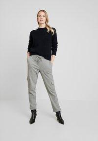 Opus - MILDA - Pantaloni sportivi - hazy fog melange - 1