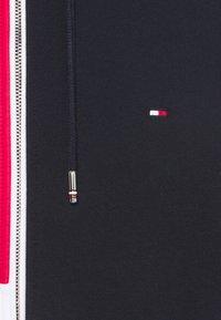Tommy Hilfiger - MIX MEDIA COLORBLOCK ZIP THROUGH - Felpa aperta - desert sky/primary red /white - 6