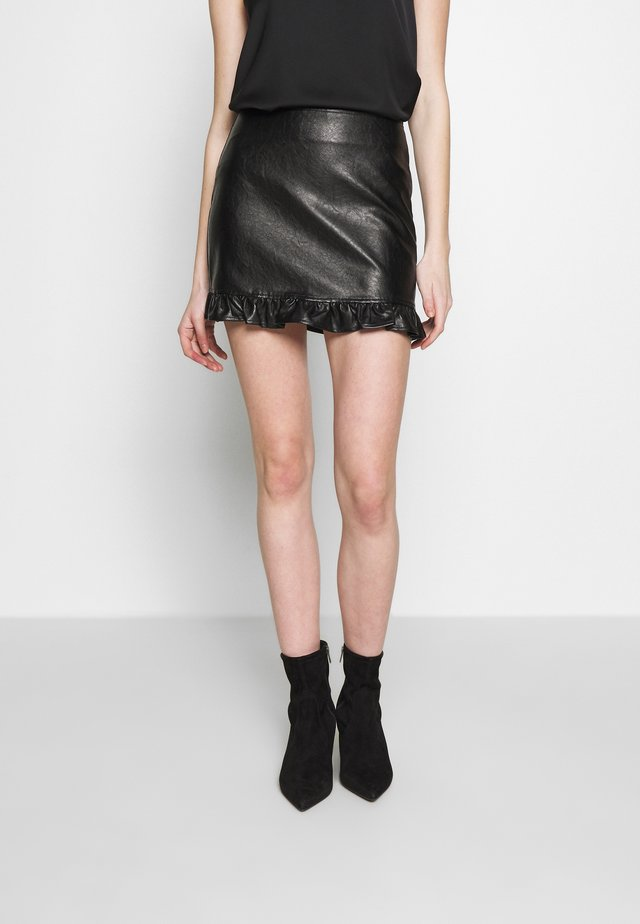 PLEATHER MINI SKIRT - Minifalda - black