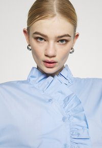 Gina Tricot - DINAH FRILL BLOUSE - Button-down blouse - blue bell - 3