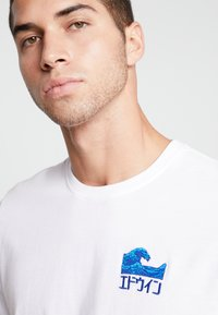 Edwin - THE WAVE - T-shirt med print - white - 3
