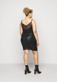 Pieces Curve - PCSKIN PARO GLITTER SKIRT - Mini skirt - black - 2