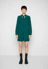 Victoria Victoria Beckham - BANANA SLEEVE SHIFT DRESS - Cocktail dress / Party dress - emerald green - 4
