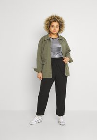 ONLY Carmakoma - CARLUXINA LOOSE PANT SOLID - Bukse - black - 1