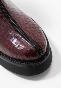 MJUS - Kotníkové boty na platformě - wine - 5