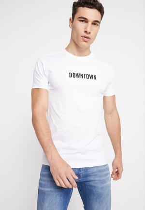 DOWNTOWN TEE - Print T-shirt - white