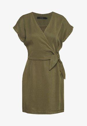 VMLISA SHORT WRAP DRESS - Spijkerjurk - ivy green