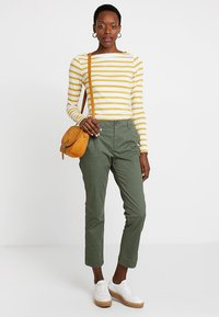 GAP - GIRLFRIEND - Pantalones chinos - greenway - 1