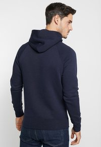 GANT - SHIELD HOODIE - Jersey con capucha - evening blue - 2