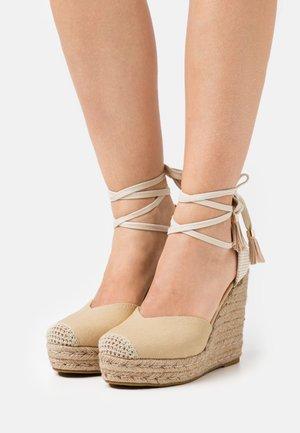 WIDE FIT DORIAN - Sandalen met hoge hak - nude