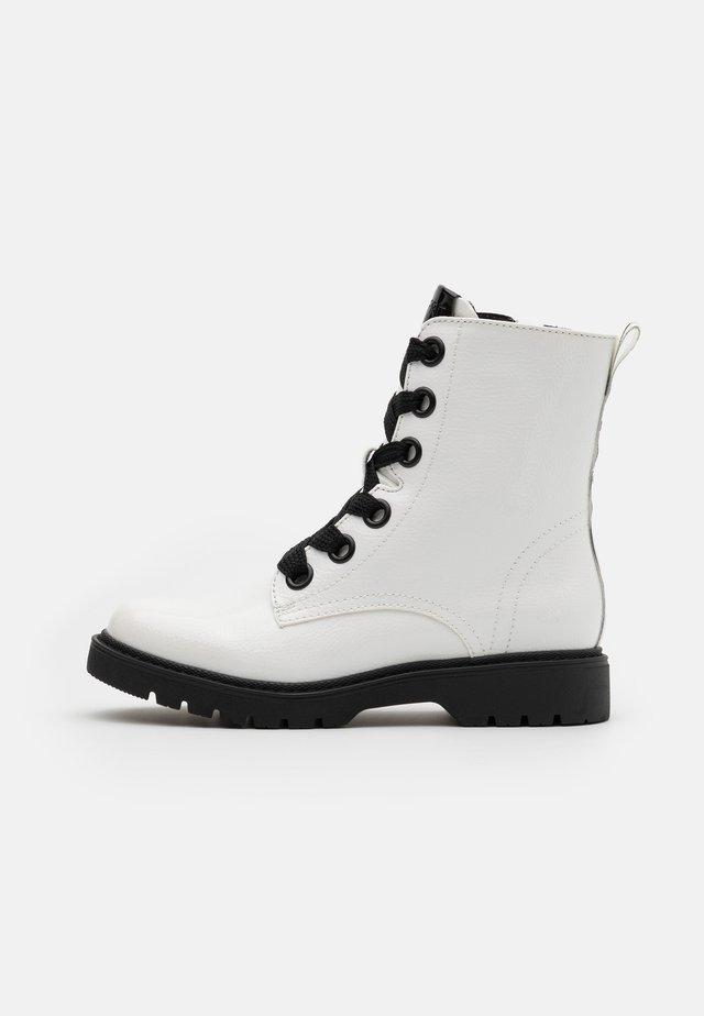 PARIS BOOTI - Botines con cordones - white