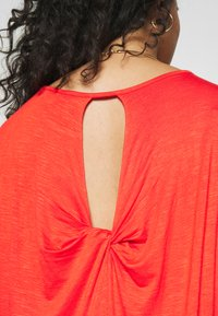 CAPSULE by Simply Be - TWIST BACK DETAIL - T-shirts - bright red - 3