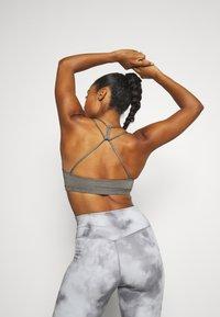 Nike Performance - INDY BRA NON PAD - Brassières de sport à maintien léger - carbon heather - 2