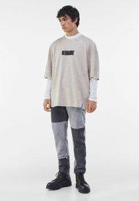 Bershka - T-shirt med print - beige - 1