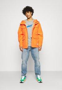 Nike Sportswear - COURT TEE - T-shirt med print - grey heather - 1