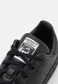 adidas Originals - STAN SMITH UNISEX - Sneakers laag - core black/footwear white - 5