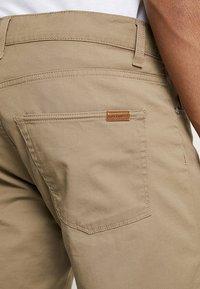 Carhartt WIP - SWELL WICHITA - Shortsit - leather rinsed - 5