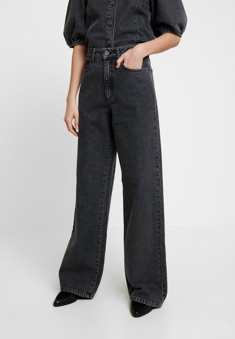 Gestuz - SIENTA - Flared jeans - vintage black