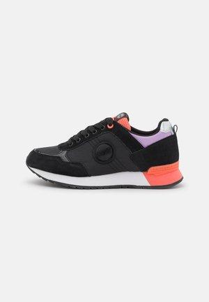 TRAVIS MELLOW  - Trainers - black/peach/lilac