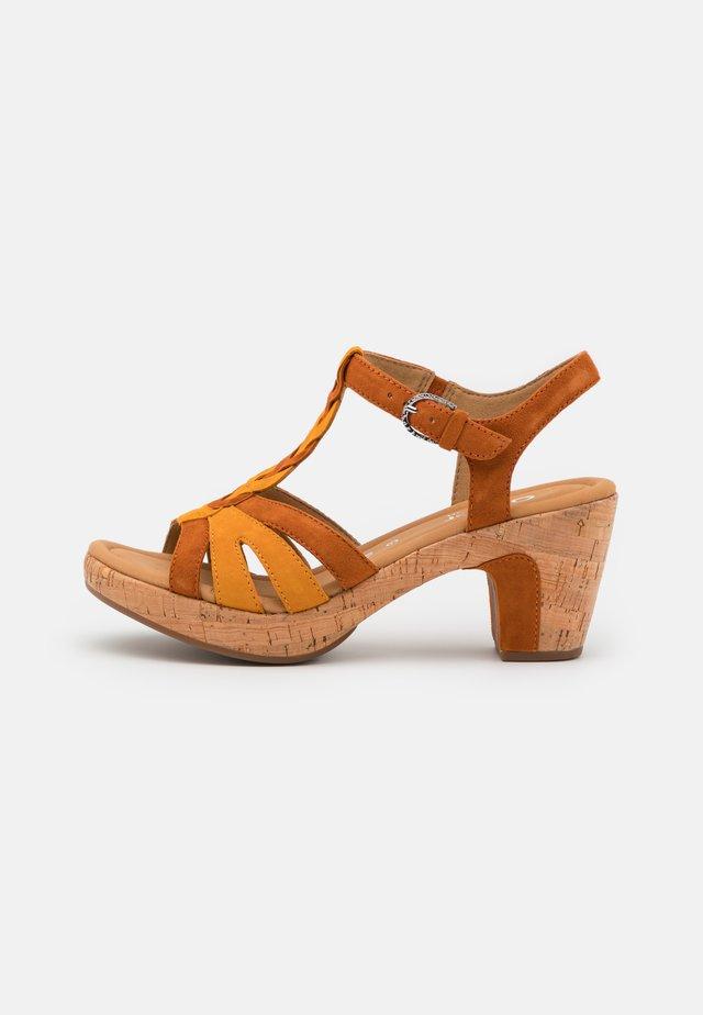 Sandalen met plateauzool - rost/mais