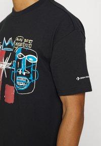 Converse - BASQUIAT ELEVATED TEE UNISEX - Camiseta estampada - black - 4
