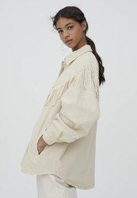 PULL&BEAR - MIT FRANSEN - Denim jacket - mottled beige - 3
