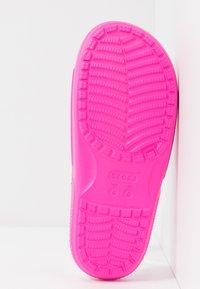 Crocs - CLASSIC SLIDE - Sandały kąpielowe - pink - 6