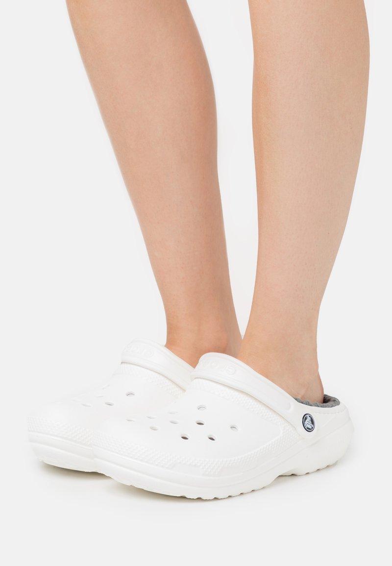 Crocs - CLASSIC LINED - Pantuflas - white/grey