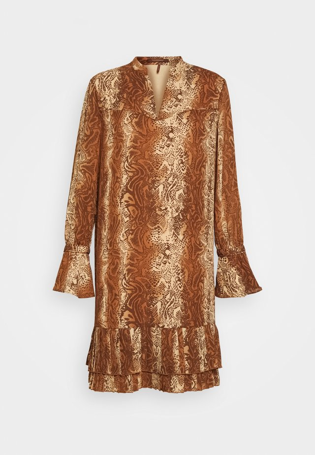 SHORTER LENGTH DRESS WITH PLEATED HEM - Robe d'été - brown