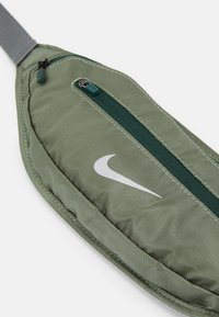 Nike Performance - LARGE CAPACITY GRAPHIC WAISTPACK 2.0 UNISEX - Bum bag - spiral sage/smoke grey/silver - 3