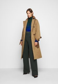 Victoria Victoria Beckham - BELTED TROUSER - Spodnie materiałowe - ivy green - 1