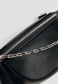PULL&BEAR - MIT KETTENDETAIL - Bum bag - black - 5