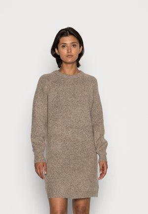 ONLZOLTE DRESS - Stickad klänning - taupe gray melange