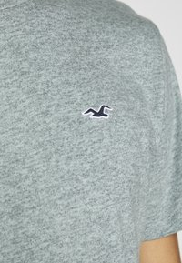 Hollister Co. - CREW - T-shirt z nadrukiem - sage - 5