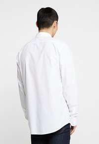 Scotch & Soda - CRISPY REGULAR FIT BUTTON DOWN COLLAR - Shirt - white - 2