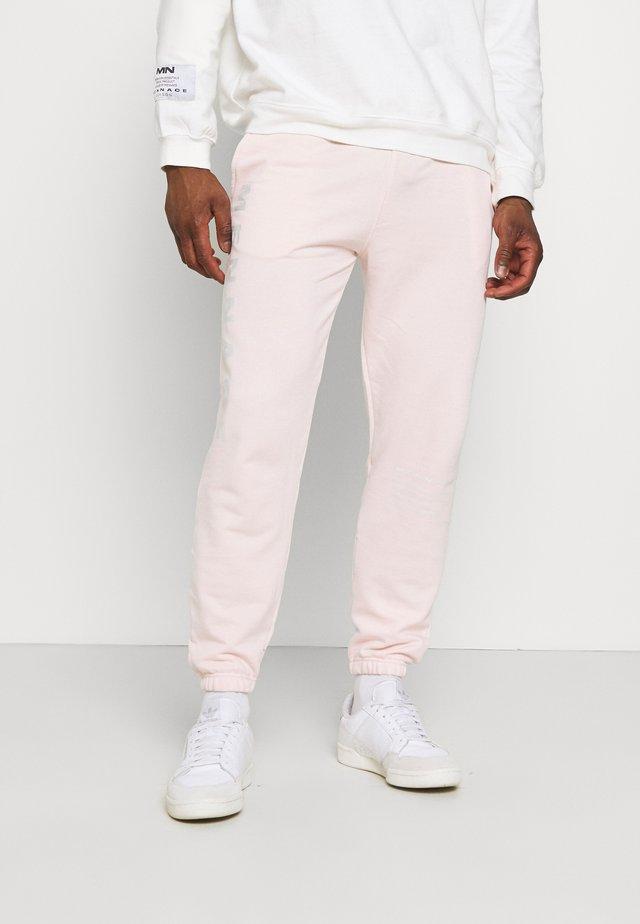 ON THE RUN UNISEX - Teplákové kalhoty - pink