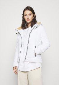 ONLY - ONLSHELLY HOODED JACKET - Lett jakke - bright white - 0