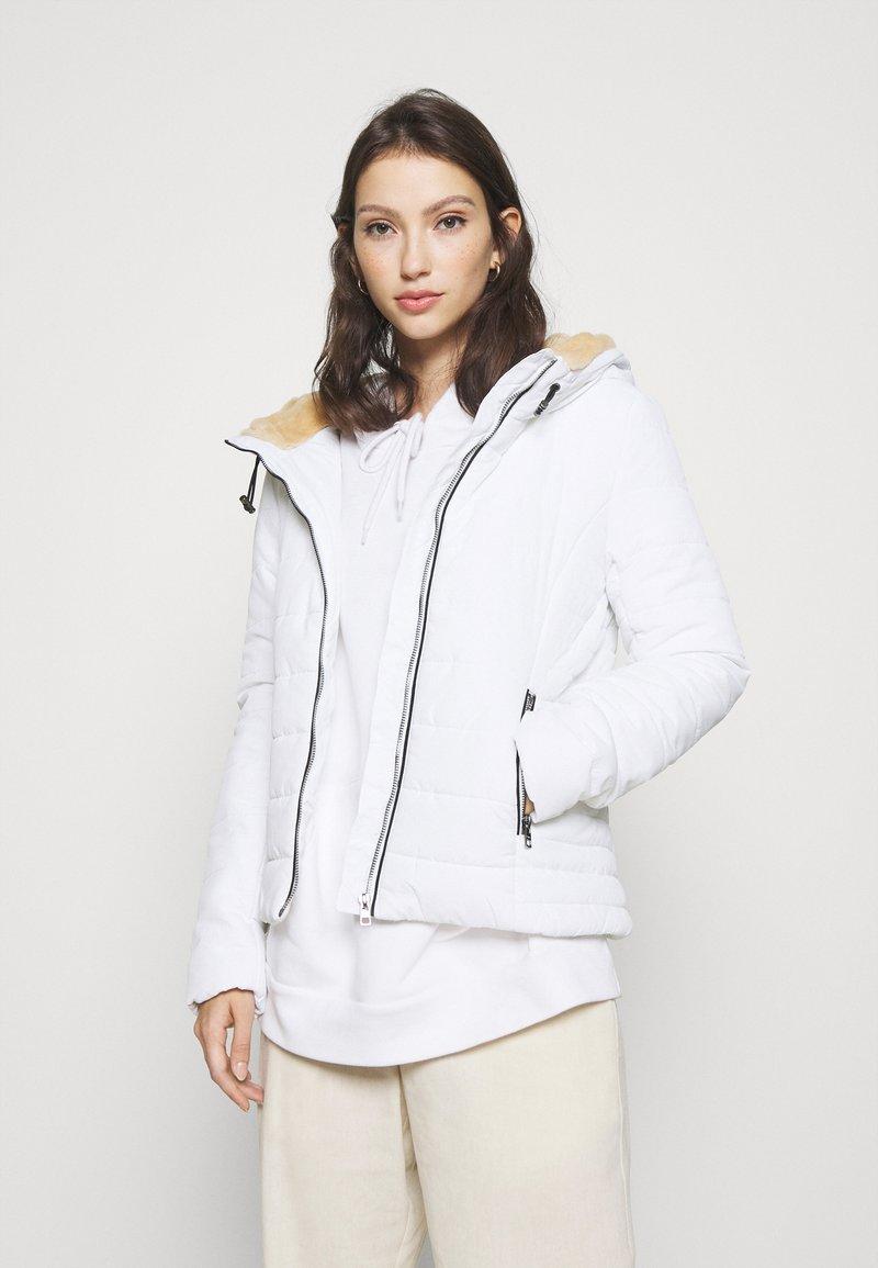 ONLY - ONLSHELLY HOODED JACKET - Lett jakke - bright white