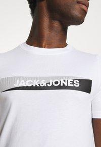 Jack & Jones - JACTREVOR TEE - Pyžamový top - white - 5