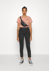 The North Face - LETTER BACK TEE - Triko spotiskem - pink clay/evergreen - 1