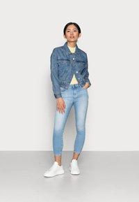 ONLY Petite - ONLRAVE LIFE JACKET - Kurtka jeansowa - medium blue denim - 1